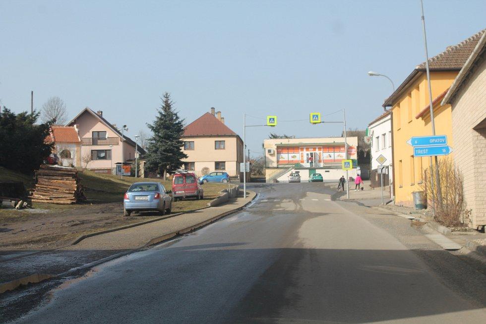Kněžice leží na hranici okresů Třebíč a Jihlava.