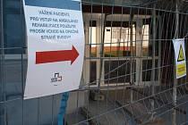 Lidé musí být v nemocnici během oprav obezřetnější.