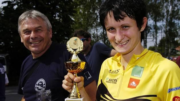 Mistryně světa v rychlobruslení Martina Sáblíková (po boku trenéra Petra Nováka) už do své sbírky zařadila i trofeje ze silniční cyklistiky.