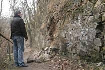 Takto vypadala zřícená zeď v lesoparku Heulos ve středečních ranních hodinách. Později nebezpečné místo obehnalo město páskou.