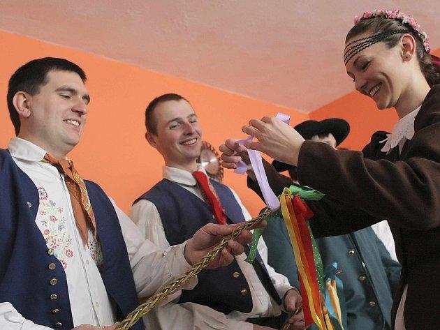 Koledníci v Telči už několik let opět chodí na pondělní velikonoční pomlázku v tradičních horáckých krojích.