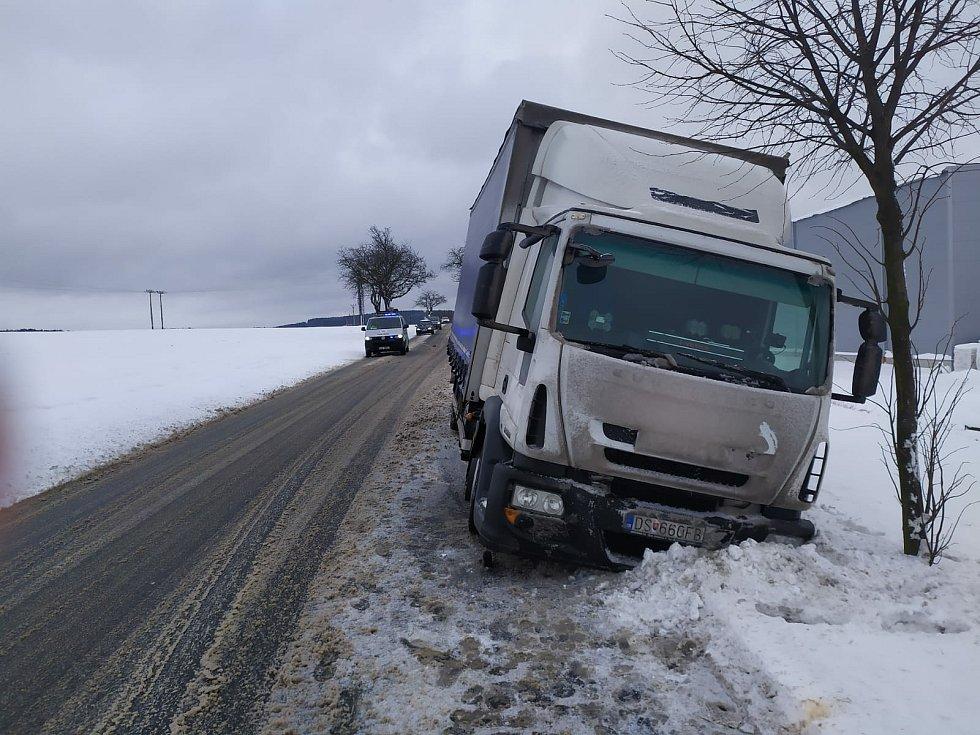 Nákladní vozidlo sjelo do příkopu na silnici III/12935 Humpolec - Jiřice.