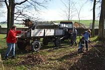 Do zámeckého parku v Brtnici zamířila v sobotu dopoledne pouze malá hrstka dobrovolníků, aby v rámci projektu Čistá Vysočina pomohli k lepšímu vhledu svého okolí. S hrabáním spadaného listí jim pomáhala technika.