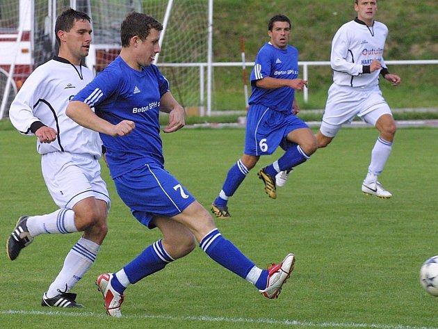 Fotbalisté Bystřice (v modrém zleva Oldřich Veselý a Miloš Vrzal) válí. Ze tří posledních zápasů vytěžili tři výhry.