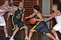 Basketbalisté Jihlavy (v černém Jakub Král s míčem a Pavel Tůma) přivezli z Kroměříže cenné vítězství. Na Uherský Brod BK nestačil.