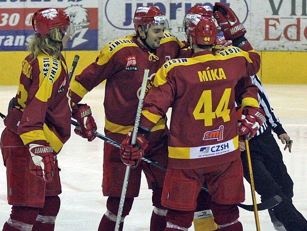 Hokejisté Dukly Jihlava si na svém ledě pořádně zastříleli. Ostravská Sareza to odnesla devíti góly.