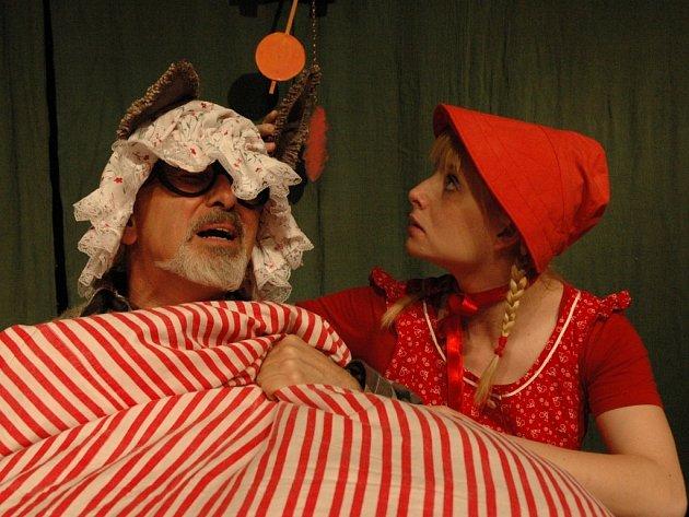 V hlavních rolích v divadelním představení na motivy klasické pohádky se představí Milan Šindelář jako vlk a roli Karkulky nastudovala Kateřina Nedomová.