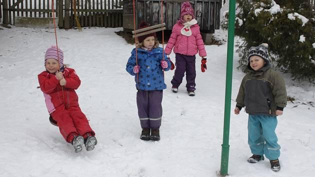 Děti z lesní školky Hájenka ve Zborné tráví většinu dne venku, na zahradě i v lese. Nevadí jim ani mráz a sníh. Až se oteplí, budou se učit pěstovat vlastní zeleninu.