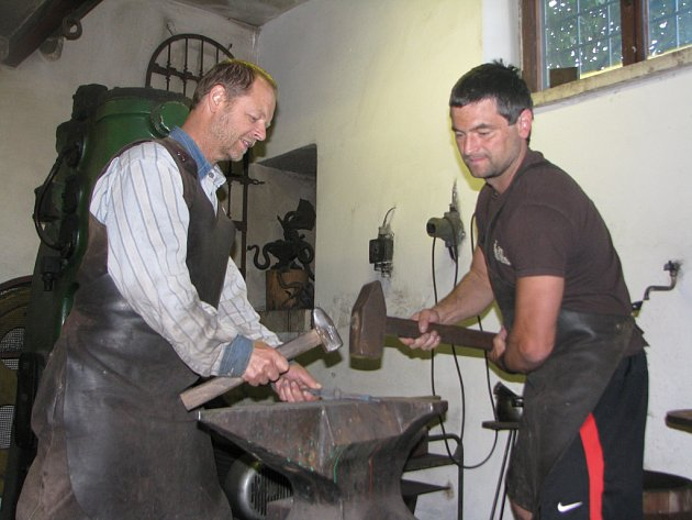 Umělecký kovář Leopold Habermann starší (vlevo) se synem, který nosí stejné jméno, dokončují kovový detail branky. Dvojice si vystačí i při těch nejnáročnějších pracích.