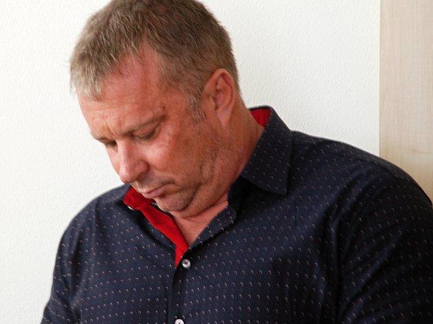 Padesátiletý Zdeněk Macek z Jihlavy měl už několik měsíců sedět ve vězení. V současné době je ale na útěku. Zřejmě se skrývá v některé ze zemí mimo EU.
