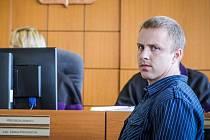 Jako jediný z pachatelů přišel Tomáš Běloušek včera k odvolacímu soudu v Pardubicích. Ten poslal pachatele ekologické havárie na 2,5 roku do vězení.
