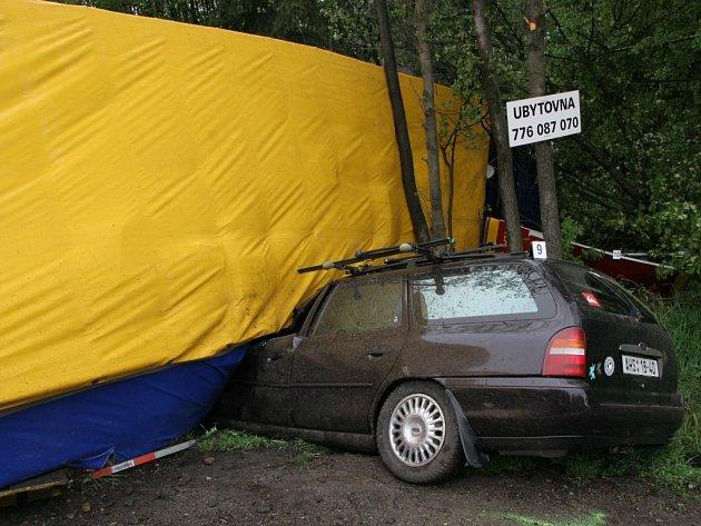 Osobní automobil Ford narazil čelně do kamionu.