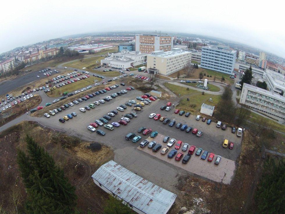 Parkoviště u jihlavské nemocnice.