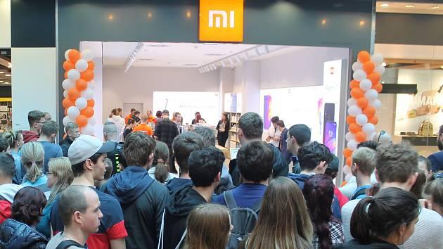Výhodné ceny přilákaly do Jihlavy stovky zejména mladých zákazníků.