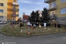 Kolektiv z bytového domu Buková 13 se před Velikonocemi nenudil. Pro kolemjdoucí vytvořili parádní velikonoční podívanou.