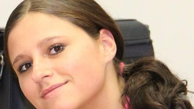 Devatenáctiletá Ludmila Illková z Brna má jít do vězení na osmatřicet měsíců. U soudu však hýřila úsměvy na všechny strany.