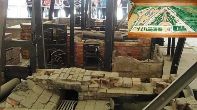 Návštěvníci procházejí kolem zbytků pecí, v nichž byly spalovány ostatky desítek tisíců zemřelých. Jeden z vězňů si vyrobil model sachsenhausenského tábora ze zápalek (ve výřezu). Je z něj patrné trojúhelníkové rozložení lágru.