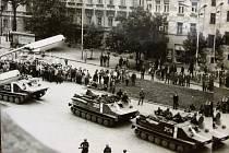 Jedna z vzácných fotografií své doby zachycuje první obrněné transportéry  s okupanty na tehdejším jihlavském Náměstí Míru, nyní Masarykově náměstí.