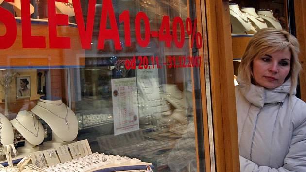 """Davy zákazníků se vrací zpět do obchodů. Řetězce i kamenné """"krámky"""" lákají na výrazné slevy. Ilustrační foto."""
