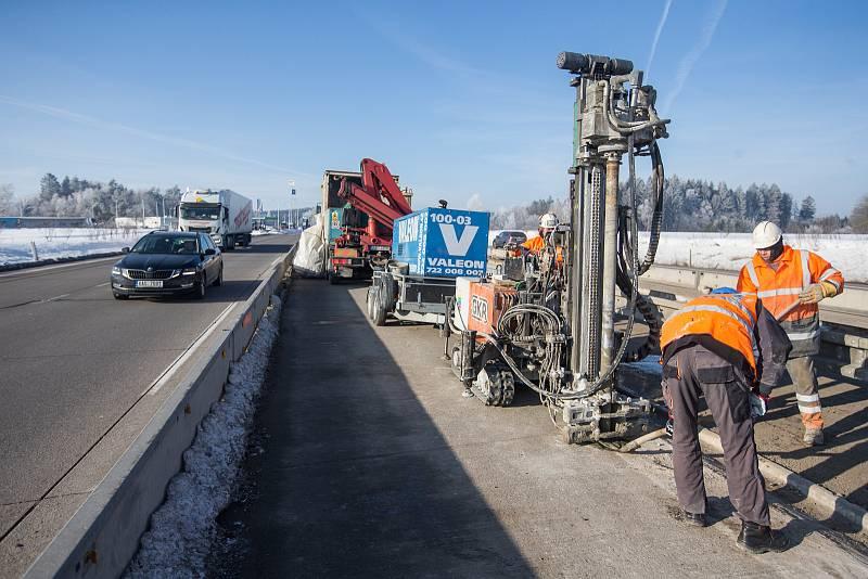 Oprava kaveren a montáž svodidel na dálnici D1 na mezi Humpolcem a Větrným Jeníkovem na Vysočině.