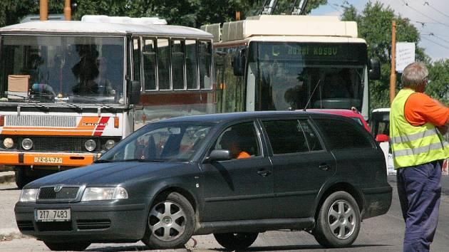 Dopravu svedenou do jednoho jízdního pruhu koordinují dělníci stavební firmy. Práci jim komplikují především neukáznění řidiči.