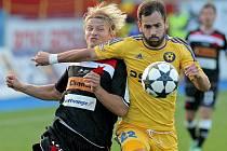 Jihlavští fotbalisté (ve žlutém dresu Tomáš Josl) otočili zápas až v závěru, tři body však mají cenu zlata.