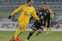 Po více než dvou letech se Tomáš Rada (na snímku z duelu proti Hradci Králové v souboji s Vojtěchem Hadaščokem) v lize opět střelecky prosadil. Tehdy i tentokrát byl překonaným mladoboleslavský gólman Miroslav Miller.