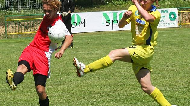 Rostislav Šamánek (ve žlutém) v semifinále nejvíce z jihlavských hráčů zaměstnával obranu Vlašimi. Ale ani on se nedokázal gólově prosadit.