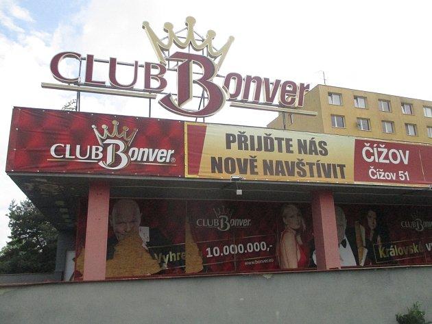 Hazardní podnik Quantanamo na jihlavském sídlišti Březinky chátrá. Hráči musí jezdit do Čížova.
