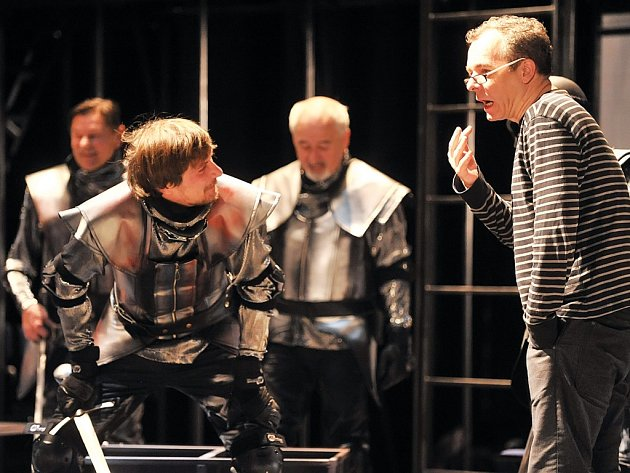 Peter Gábor v Horáckém divadle při jedné ze zkoušek hry Merlin aneb Pustá zem.