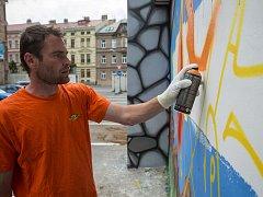 Sprejování zdi v centru Jihlavy.