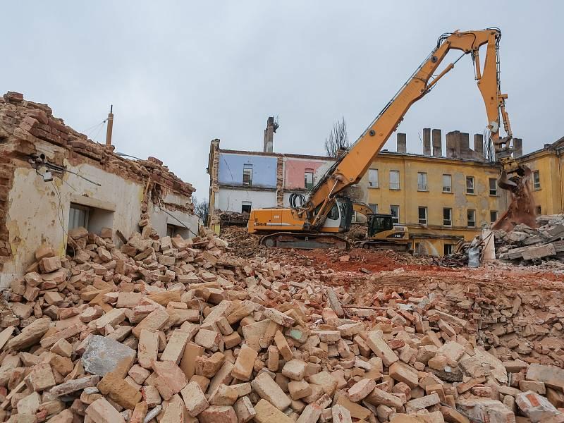 Odklízení  sutin po demolici starých kasáren v Jihlavě.