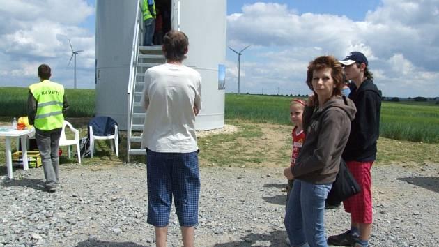V útrobách větrné elektrárny se střídaly desítky zvědavců.