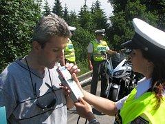Léto za volantem: policisté dnes u Hosova připravili pro šoféry preventivní akci. Kdo nenadýchal alkohol, dostal nealkoholické pivo. Děti řidičů pak pexeso.