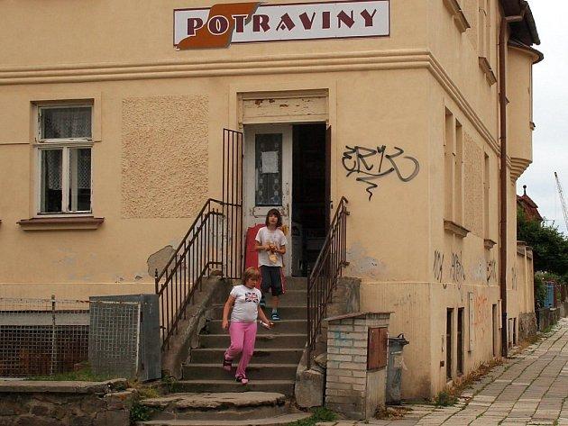 Některé prodejny potravin už mají v místě dlouholetou tradici. Stejně je tomu u jednoho z jihlavských obchodů, u kterého se vžil název Na Schůdcích. Potraviny se tam podle pamětníků prodávají nejméně od roku 1927.