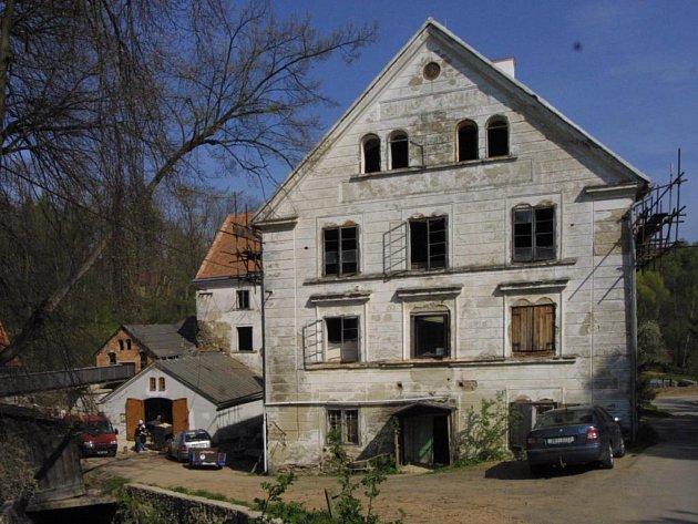 Kontrast mezi opravenou částí mlýna s parním strojem (vlevo, ta menší budova) s hlavní budovou je znatelný.