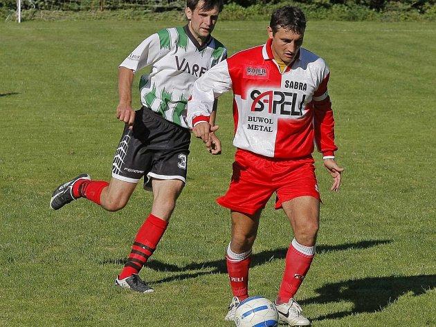 Fotbalisté Janovic (foto Špendlíček) obdrželi kuriózní gól, kvůli kterému si z Věžnic nevezou ani bod. Navíc nedokázali ve druhé půli využít převahu jednoho hráče v poli.