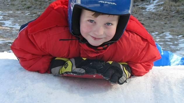 Na sjezdovce na Čeřínku využívaly poslední zbytky sněhu děti kjízdě  ležmo na snowboardu. Na snímku jsme zachytili Peťu Němce z Českých Budějovic.