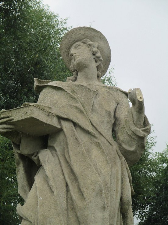 Vendelín a Rafael. Soše svatého Vendelína chybí dlaň, svatý Rafael přišel o ruku v lokti. K újmě přišla ještě socha svatého Jana Křitele. Řádění vandalů bude stát město Telč minimálně padesát tisíc korun. Pokud se viník nenajde.