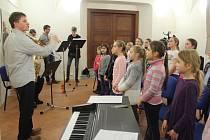 Nácvik. V Jihlavě se do akce Česko zpívá koledy zapojují žácí jihlavské základní umělecké školy.
