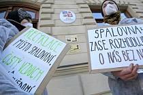 Aktivisté, kteří brojí proti spalovně.