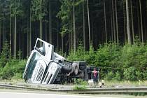 Toto už je převrácený kamion s minerálkami.