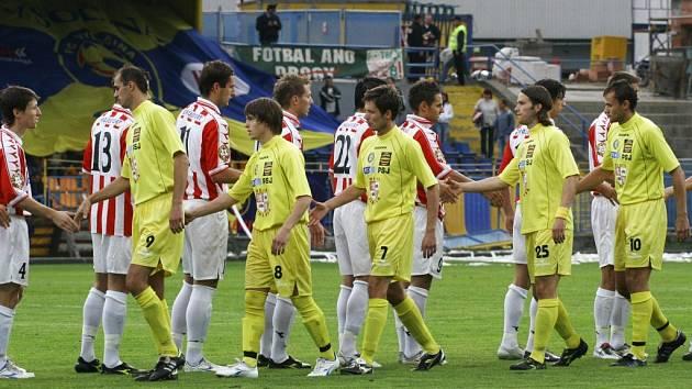 Byli lepší. Jihlavští fotbalisté (ve žlutém) zklamali, ve druhé lize obsadili až páté místo. K vítězství a postupu mohli poblahopřát Viktorii Žižkov.