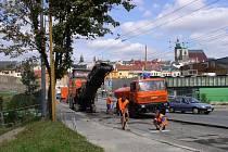 Uzavírka části Znojemské ulice u City Parku opět zkomplikovala dopravu v Jihlavě. Někteří řidiči však nerespektují dopravní značení a musí se uprostřed Znojemského mostu otáčet.