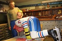 Jaroslav Hlaváček momentálně barví sochu Ivana Hlinky. Předlohou je řezbáři jediný obrázek z časopisu, kdy byl zesnulý hokejista na vrcholu své kariéry.