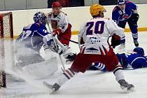 Hokejisté Telče (v bílých dresech) porazili poslední Pelhřimov B 6:3.