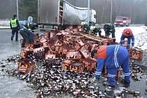 Pivo z jednoho kamionu leželo na silnici. A k němu mohl přibýt i náklad z vyhýbajícího se vozidla z Polska. I to se dnes odpoledne – v největší dopravní špičce - na kruhovém objezdu v jihlavské průmyslové zóně poblíž firmy Bosch řádně naklonilo.