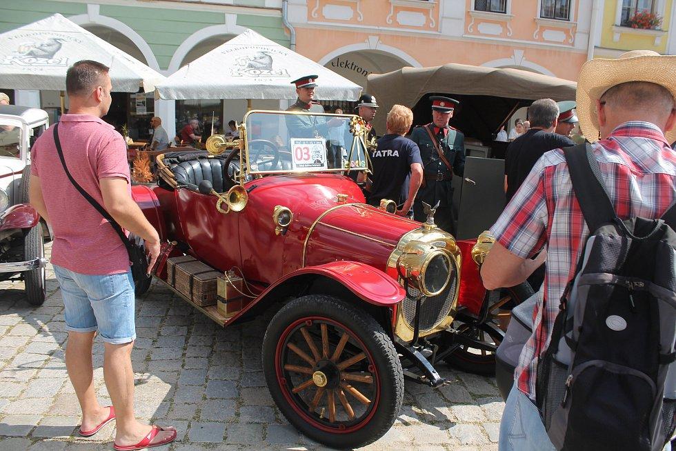 Telčské náměstí obsadili závodníci se svými starými vozidly.