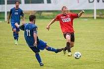 Fotbalisté Sapeli Polná (v červeném) dali v Okříškách čtyři góly, přesto získali jen bod.