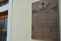 Pamětní deska na hřbitově.